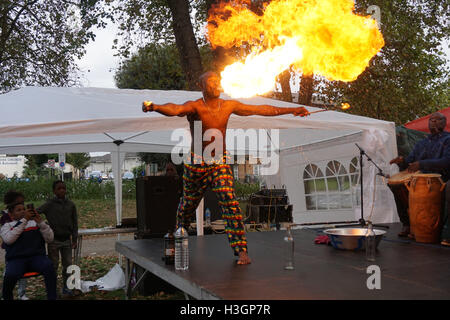 Londra, Regno Unito. 8 Ottobre, 2016. Il vigile del fuoco preforme a Tottenham Verdi Festival multiculturale,Londra,UK. Foto Stock