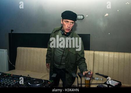Londra REGNO UNITO, 8 ottobre 2016. Oasi e Noel Gallagher's tour DJ Phil Smith djing presso questa sensazione presenta, Nambucca, Londra. Credito: Alberto Pezzali/Alamy Live news Foto Stock