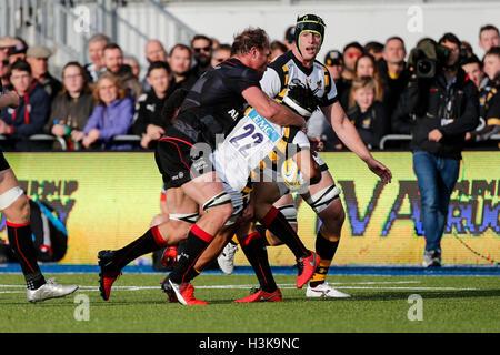 Barnet Copthall, Londra, Regno Unito. 09oct, 2016. Aviva Premiership Rugby. Saraceni versus vespe. sw22 è affrontato da Schalk Burger di saraceni. Punteggio finale: Saraceni 30-14 vespe. Credito: Azione Sport Plus/Alamy Live News
