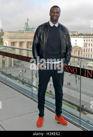 """Berlino, Germania. 10 ottobre, 2016. Attore francese Omar davanti alla Porta di Brandeburgo durante il """"Inferno"""" photocall a Berlino, Germania, 10 ottobre 2016. Foto: Britta Pedersen/dpa/Alamy Live News Foto Stock"""