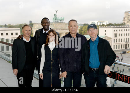 "Berlino, Germania. 10 ottobre, 2016. L-R: L'autore americano Dan Brown, attore francese Omar Sy, attore britannico Felicity Jones, attore americano Tom Hanks e regista americano Ronald William davanti alla Porta di Brandeburgo durante il ""Inferno"" photocall a Berlino, Germania, 10 ottobre 2016. Foto: Britta Pedersen/dpa/Alamy Live News Foto Stock"