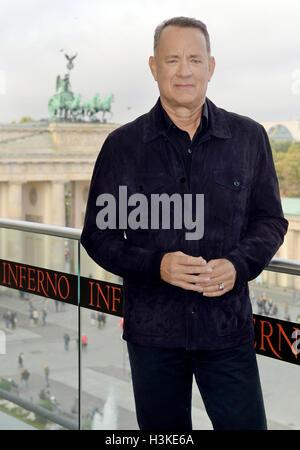 """Berlino, Germania. 10 ottobre, 2016. Attore americano Tom Hanks davanti alla Porta di Brandeburgo durante il """"Inferno"""" Foto Stock"""
