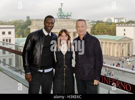Berlino, Germania. 10 ottobre, 2016. Attore francese Omar Sy (L-R), attore britannico Felicity Jones e attore americano Foto Stock