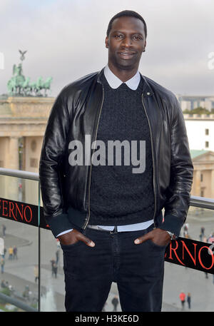 """Berlino, Germania. 10 ottobre, 2016. Attore francese Omar davanti alla Porta di Brandeburgo durante il """"Inferno"""" Foto Stock"""