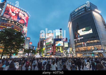 La folla di gente, incrocio di Shibuya, Tokyo, Giappone Foto Stock
