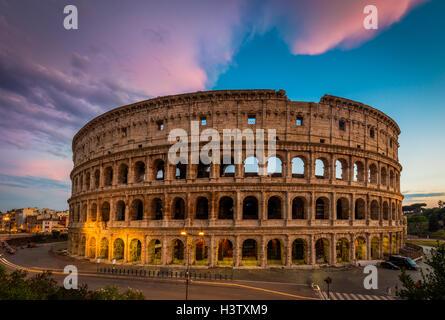 Il Colosseo, il più grande anfiteatro al mondo, è un anfiteatro di forma ellittica al centro della città di Roma, Foto Stock
