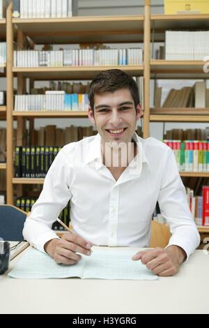 Studio, studente, 20-30 anni felici, basi, audit, per iscritto, l'istruzione degli adulti, uomo, scolaro, sedersi, Foto Stock