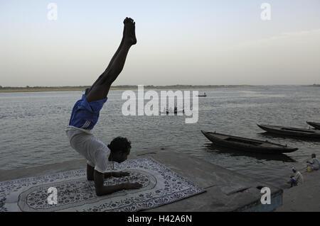 India, Uttar Pradesh, Varanasi, a piedi, rive, indiani, la pratica dello yoga, Foto Stock