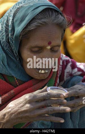 India, Uttar Pradesh, di Allahabad, Kumbh Mela, donna, tè, bevande, ritratto, nessun modello di rilascio, Foto Stock