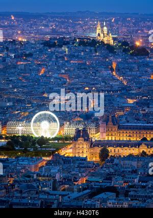 Vista aerea di tetti di Parigi al crepuscolo, compresi il Louvre e il Sacre Coeur di Montmartre. Ora Blu nella città della luce. Foto Stock