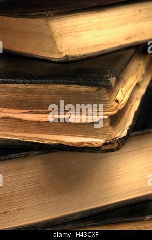 Vecchia età grungy vintage libri closeup in seppia, grandi dettagliata closeup verticale
