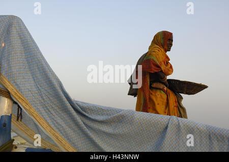 India, Uttar Pradesh, di Allahabad, Kumbh Mela, donna, in vista laterale Foto Stock