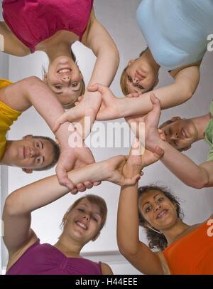 Sei giovani, polsi, raggiungere, tenere premuto, cerchio, visualizza fotocamera, dal di sotto, Foto Stock