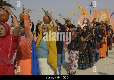 India, Uttar Pradesh, di Allahabad, Kumbh Mela, donne, brocche, equilibrio, nessun modello di rilascio, Foto Stock