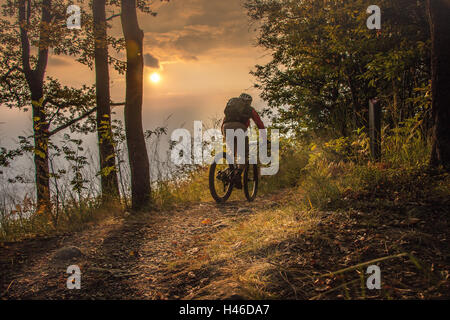 Mountain bike fino al tramonto Foto Stock
