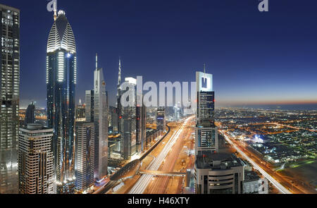 Panorama, skyline, atmosfera serale al Golfo Persico, traffico, metropoli, Sheik Zayed Road, Downtown Dubai, Dubai, Foto Stock