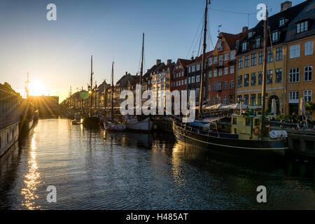Nyhavn pier al tramonto nella città vecchia di Copenhagen, Danimarca. Il quartiere di Nyhavn è uno del più famoso Foto Stock
