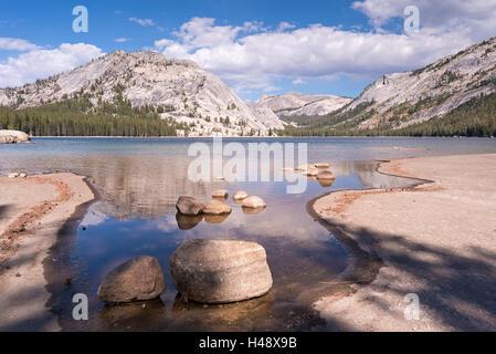 Tenaya Lake nel Parco Nazionale di Yosemite in California, Stati Uniti d'America. In autunno (ottobre) 2014.