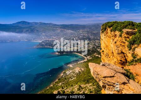 Francia, Provenza, Bouches-du-Rhône, Riviera, Cassis, Baie de Cassis, vista dalla Route des CrÛtes in Cap Canaille Foto Stock