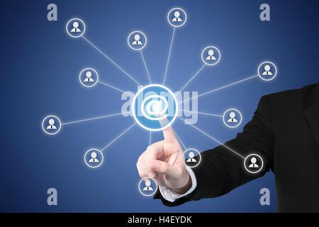 Marketing e-mail, newsletter e bulk mail concetti. Imprenditore fare clic sul pulsante con il simbolo legato con Foto Stock