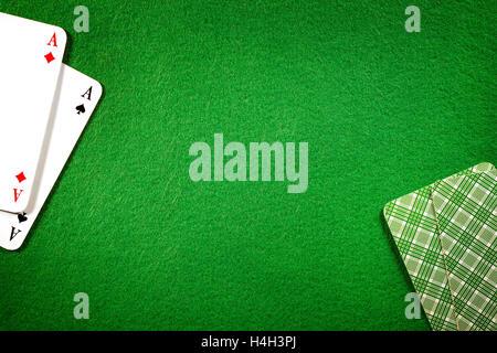 Carte sul feltro verde casinò sfondo tabella. Due voci ACE, copia dello spazio nel centro Foto Stock