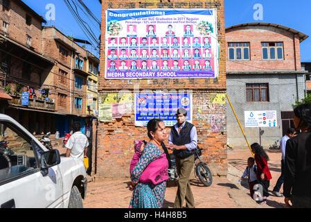 Scena di vita quotidiana al di fuori di un pubblico scuola elementare di Bhaktapur, Nepal. © Rinaldo Sumayku Foto Stock