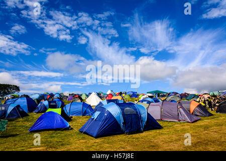 Una raccolta delle colorate tende campeggio al Festival No.6, Portmeirion, Wales, Regno Unito