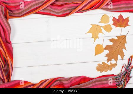 7cd3e0108828 ... Telaio di scialle colorato per donna e foglie autunnali su lavagne  bianche