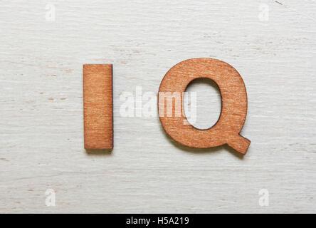 Parola IQ (quoziente di intelligenza) sono realizzati con lettere in legno su un vecchio bianco sullo sfondo di Foto Stock