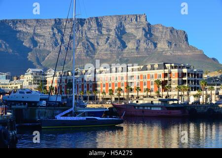 Cape Grace Hotel su thew Victoria and Alfred Waterfront , con Table Mountain dietro a Cape Town, Sud Africa Foto Stock