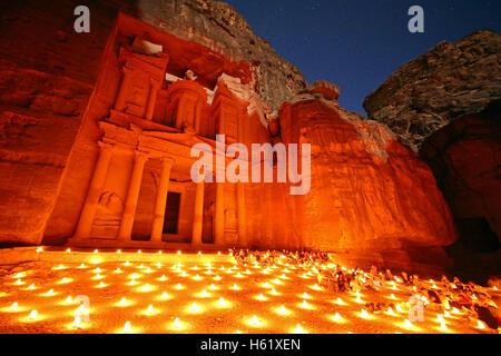 Vista del tesoro, Al-Khazneh, di notte con candele, Petra, Giordania Foto Stock