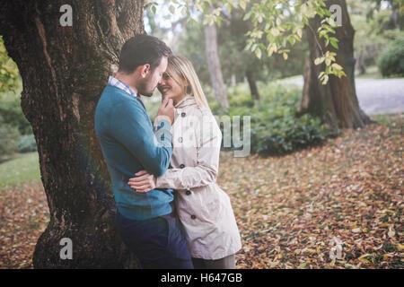 Amare felice coppia passeggiate nel parco