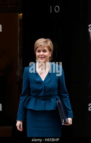 Londra, Regno Unito. 24 ott 2016. Del primo ministro di Scozia Nicola Storione arriva per un incontro con la Gran Bretagna è il primo ministro Theresa Maggio al 10 di Downing Street a Londra, Regno Unito, Lunedì 24 Ottobre, 2016. Credito: Luca MacGregor/Alamy Live News Foto Stock