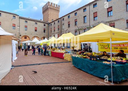 Ferrara, Italia - 15 Ottobre 2016: mercato di prodotti alimentari tipici che si svolge a cadenza settimanale nel Foto Stock