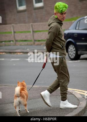In Brighton un uomo con i capelli verdi prende il suo cane per una passeggiata