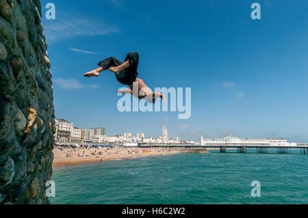 Ragazzo le immersioni in mare sulla spiaggia di Brighton Foto Stock