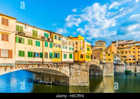 Ponte Vecchio ponte sul fiume Arno, Firenze, Toscana, Italia Foto Stock