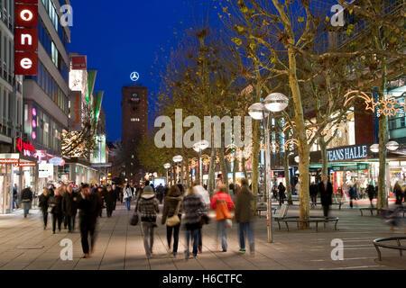 Koenigstrasse Street durante il tempo di Natale, Natale decorazioni, strada dello shopping, negozi, persone, Stoccarda, Foto Stock