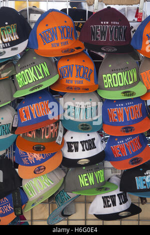 New York   Brooklyn cappelli di souvenir in vendita a Manhattan NYC. Foto  Stock 392e0ba680bd