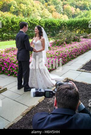 Il fotografo cattura la sposa e lo sposo in giardino; Omni Bedford Springs Resort & Spa; Bedford; Pennsylvania; Foto Stock