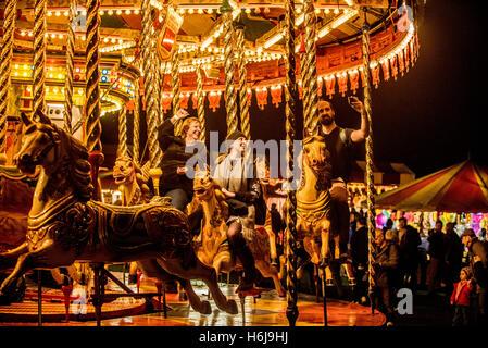 York, Regno Unito. 29 ottobre, 2016. North Yorkshire del più grande partito di fuochi d'artificio, KABOOM, ha avuto luogo nel parco del castello di Howard. Elencato come uno dei top 5 fuochi d'artificio nel Regno Unito, l'evento comprendeva anche un unico Star Wars themed laser show, Jedi light sabre di formazione per tutte le età, un parco di divertimenti vintage, fuoco e giocolieri di luce e il Minster FM spettacolo fase. La foto mostra il vintage luna park all'evento. Credito: Fotografia Bailey-Cooper/Alamy Live News