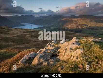 Vista in direzione di Ullswater da Gowbarrow cadde in autunno la luce del mattino, inglese parco Nazionale del Distretto dei Laghi, Cumbria, Foto Stock