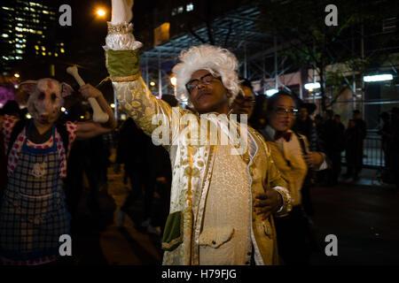 New York, NY - 31 ottobre 2016. Un afro-americano di uomo costume come Alexander Hamilton nel Greenwich Village Halloween Parad Foto Stock