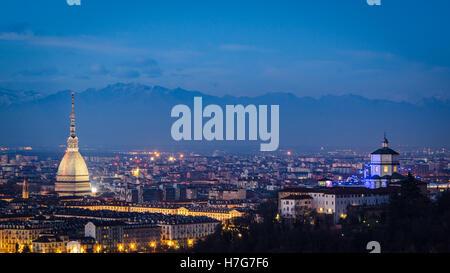Torino (Torino) ad alta definizione panorama con Mole Antonelliana e Monte dei Cappuccini
