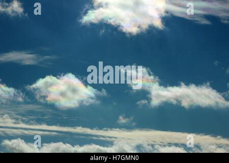 Rainbow iridescenti nubi in un cielo blu In Osceola County, Michigan Foto Stock