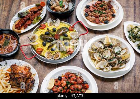 Portoghese misti rustici tradizionali tapas famoso cibo selezione sulla tavola di legno Foto Stock