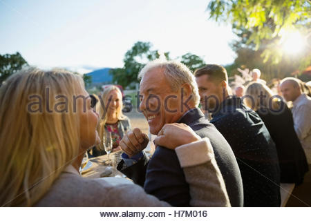 Giovane parlando godendo harvest dinner party Foto Stock