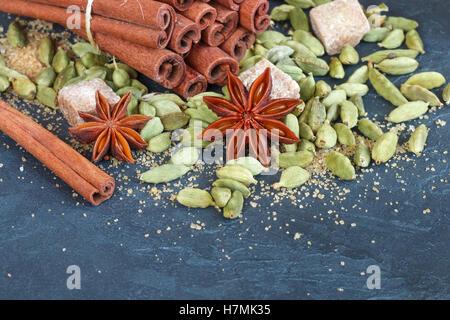Spezie. Bastoncini di cannella, cardamomo, anice stellato e zucchero di canna. Gli ingredienti per il Natale di Foto Stock