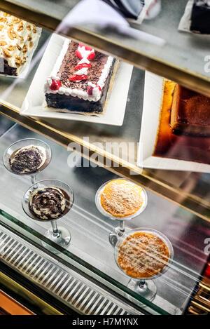 Misto tradizionale portoghese di torte e dolci in cafe visualizzare il Portogallo Foto Stock