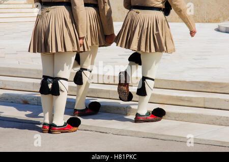 La cerimonia del Cambio della guardia, che prende il posto di fronte al parlamento greco edificio, in Atene, Grecia Foto Stock